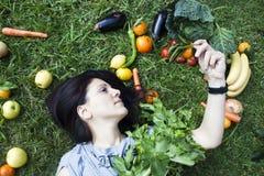 妇女用水果和蔬菜在草 库存照片