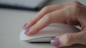 妇女由她的手停滞白色时髦的老鼠,关闭 股票视频