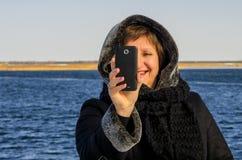 妇女由手机采取快照 免版税库存照片