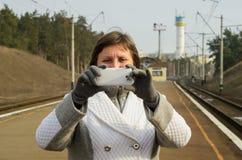 妇女由手机采取快照 免版税库存图片