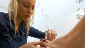 妇女由执行在美容院的专家照顾专业修脚 影视素材