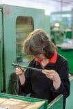 妇女由轮尺测量一个细节 图库摄影