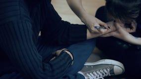 妇女画与在人的腕子的笔坐地板户内 影视素材
