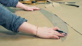 妇女画在纸的countours与曲线 股票录像