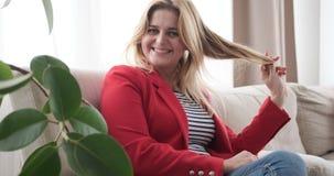 妇女画象坐沙发 股票视频