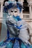 妇女画象美好的蓝色服装、帽子和面具的在共和国总督宫殿,威尼斯,在狂欢节期间 库存照片