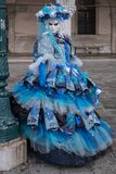 妇女画象美好的蓝色服装、帽子和面具的在共和国总督宫殿,威尼斯,在狂欢节期间 免版税库存图片