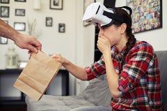妇女病残在观看虚拟现实玻璃以后 免版税库存图片