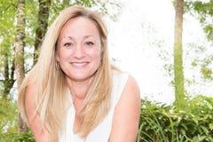 妇女白肤金发的室外微笑和幸福 免版税图库摄影