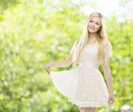 妇女白色夏天鞋带礼服,在绿色的时装模特儿女孩 库存图片