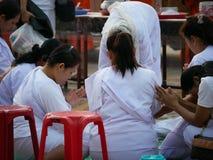 妇女白色礼服致力优点 免版税库存图片