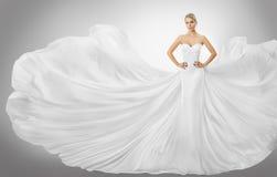 妇女白色飞行礼服,摆在褂子的典雅的时装模特儿 免版税库存图片