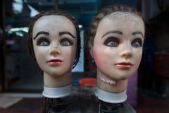 妇女的两个时装模特:在面颊的女性头在立场,面孔站立用化妆用品盖 库存照片
