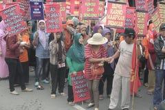 妇女的传统市场供营商品行示范Soekarno Sukoharjo 免版税库存图片