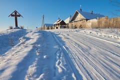 妇女的修道院和冬天路在Volgoverkhovye 库存图片