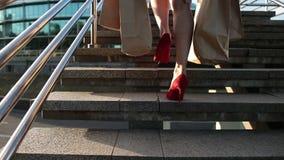 妇女的典雅的腿有购物袋的在台阶 股票视频