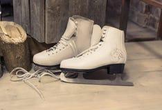 妇女的冰鞋在地板上 免版税库存照片