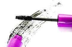 妇女的化妆用品:在白色背景隔绝的黑染睫毛油 免版税库存照片