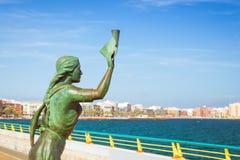 妇女的古铜色纪念碑有在手中信件的,伴随 免版税库存照片