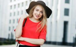 妇女的图象红色夹克的有袋子的 图库摄影
