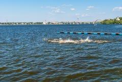 妇女的在乌克兰语期间的游泳阶段打开了三项全能冠军 图库摄影