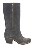 妇女的在乡村模式的绒面革起动在平均脚跟 图库摄影