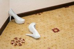 妇女的在地毯的婚礼鞋子 库存照片