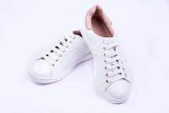 妇女的在白色背景的体育鞋子 免版税库存照片