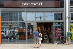 妇女的在Alexanderplatz的服装店Promod 库存图片
