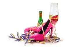 妇女的天,夫人变粉红色高跟鞋鞋子、香槟和streame 图库摄影