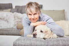 妇女的寂寞疗法有狗的 库存照片
