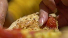 妇女的慢动作采取比萨的部分用立即可食熔化的乳酪 股票录像