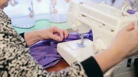 妇女的手与一台缝纫机一起使用 股票录像