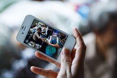 妇女的手使用一个智能手机夺取 库存照片