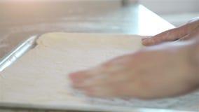 妇女的手在金属盘子被安置面团HD 1080p 股票录像