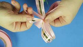 妇女的手塑造一把桃红色丝带礼物弓的瓣 背景看板卡祝贺邀请 股票视频