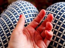 妇女的手她的膝盖的 免版税库存图片