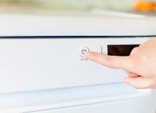 妇女的手指在按钮上开关的推挤 免版税库存照片