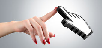妇女的手接触游标计算机老鼠。 库存照片