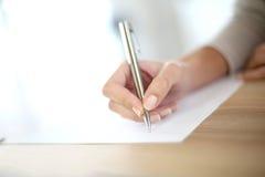妇女的手文字特写镜头  库存图片
