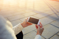 妇女的手的播种的图象拿着有空的拷贝空间屏幕的手机您的正文消息的 免版税库存照片