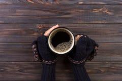 妇女的手的特写镜头拿着一个杯子热的咖啡的 时尚,休闲 免版税库存照片