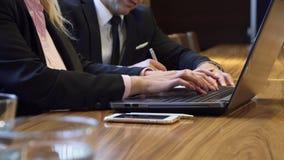 妇女的手的特写镜头键入某事在键盘 库存图片