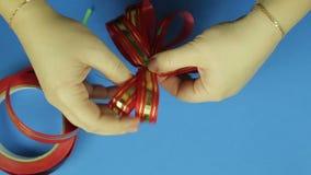 妇女的手给形状一把红色丝带弓 背景看板卡祝贺邀请 股票录像