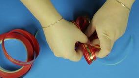 妇女的手给形状一把红色丝带弓 背景看板卡祝贺邀请 影视素材