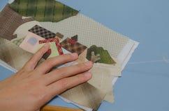 妇女的手缝合的被子 免版税库存照片