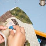 妇女的手缝合的被子 免版税图库摄影