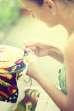 妇女的手,十字绣,特写镜头 免版税库存图片