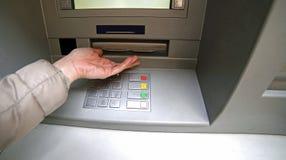 妇女的手,当等待从atm时的金钱 库存照片