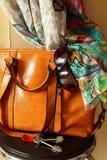 妇女的提包和太阳镜 免版税图库摄影